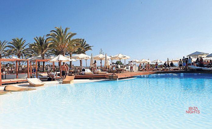 La gran piscina central es uno de los atractivos de Destino.