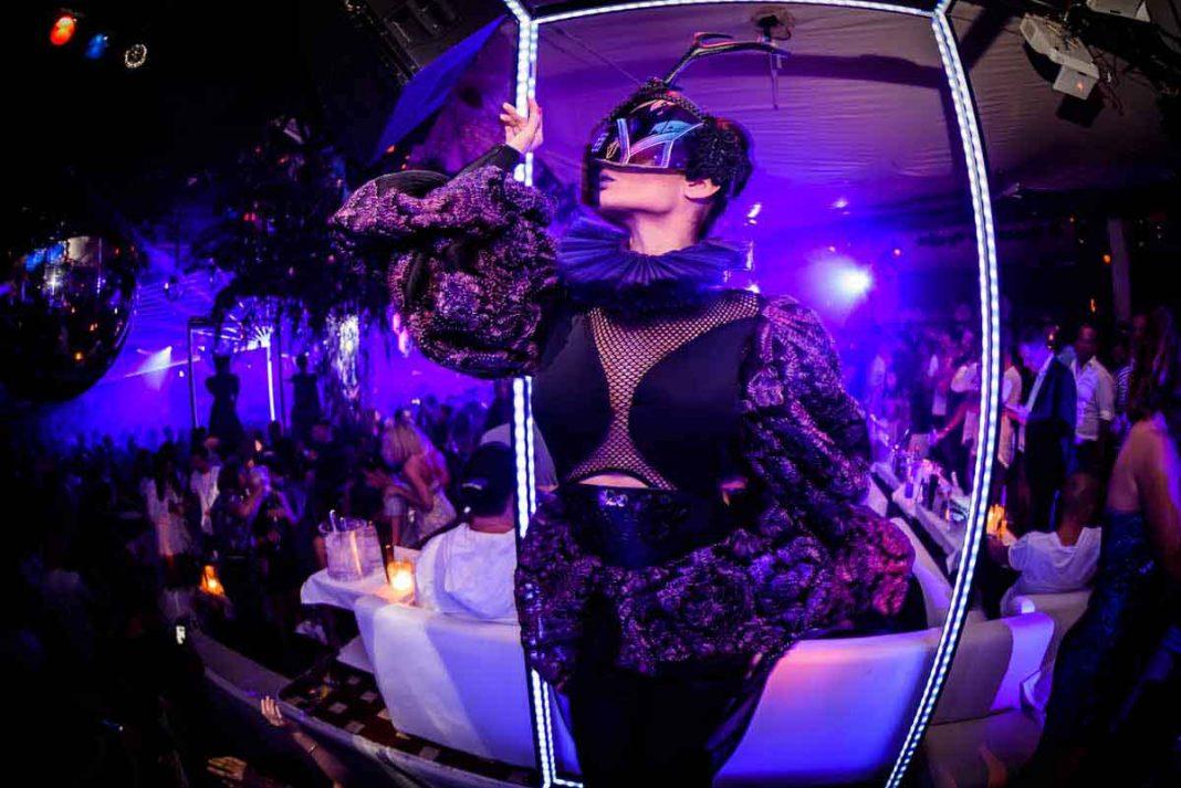 Una bailarina con un traje de estilo futurista. JONATAN FERRER