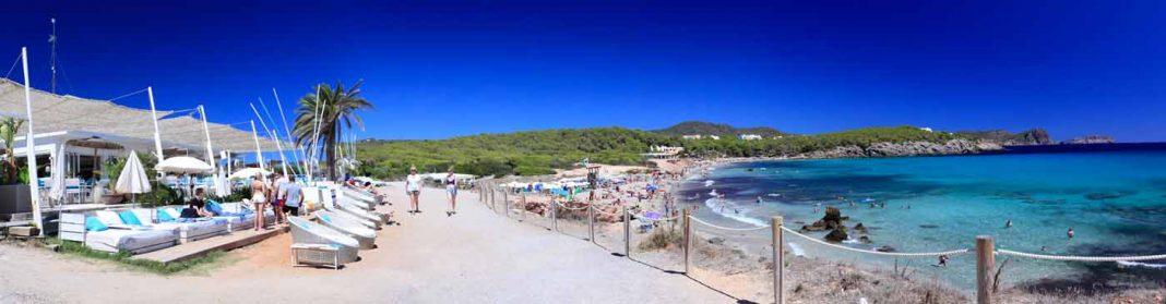 El chiringuito de Atzaro Beach en la playa de Cala Nova mantiene su esencia con una remodelación adecuada. AISHA BONET