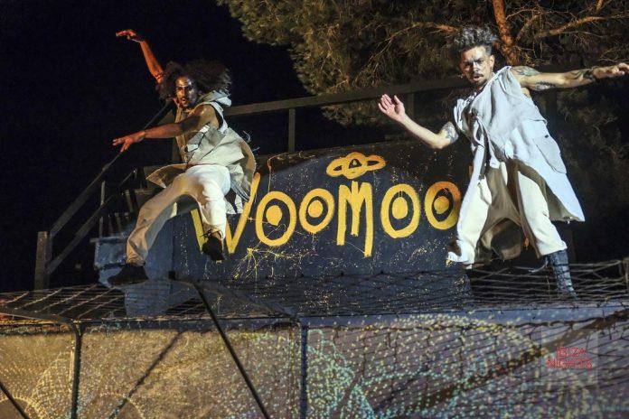 Woomoon en Cova Santa. Uno de los muchos números de acrobacia aérea. Foto: La Skimal