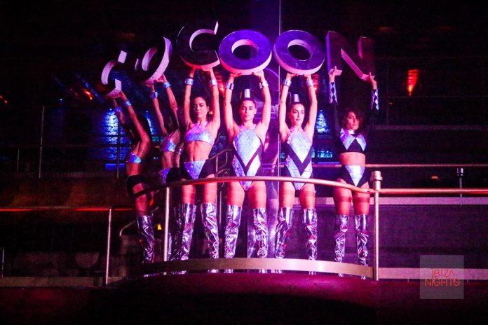 Las bailarinas de Cocoon forman el logo de la fiesta con sus letras en Amnesia. Foto Jesus Sierra