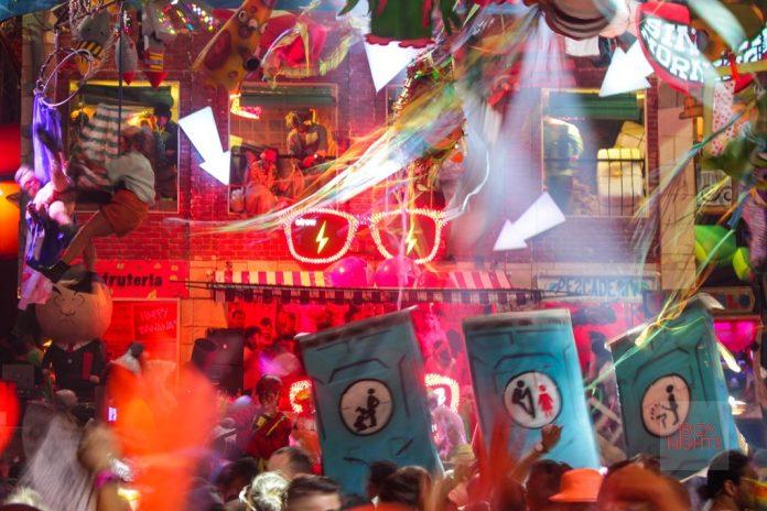 Elrow Singermorning en Amnesia. Unos baños móviles se adentran en la pista de baile. Fotos: JS