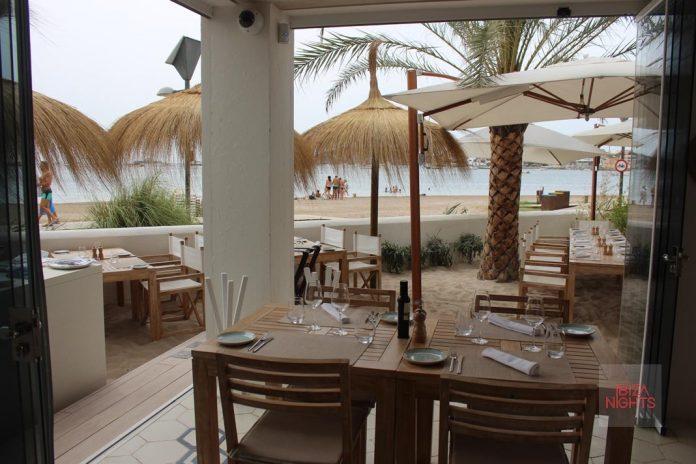 Hotel Nobu Ibiza Bay. Algunas mesas están bajo palmeras y sobre la arena de la playa. Foto: JS