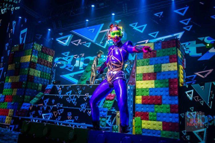 Gigantes piezas de Lego invadían el escenario llenándolo todo de color. Fotos: SuperMartXé