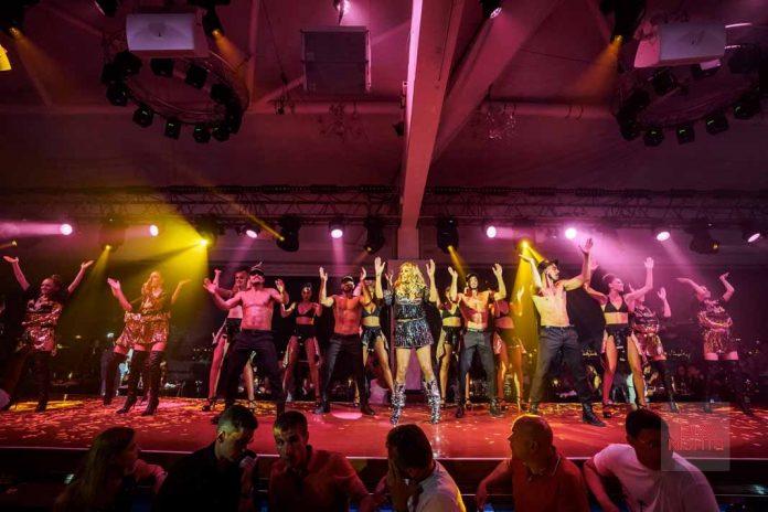 Cathy Guetta participa en el último espectáculo de la noche del cabaret para comenzar la fiesta. Foto: Ana Ruiz