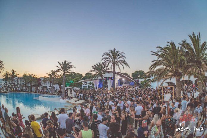 Vista de la terraza del 'resort' durante una de sus fiestas. Foto: Destino Ibiza