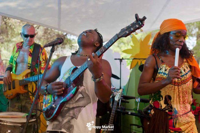 Cada miércoles, actuaciones en directo en la carpa. Foto: Hippy Market