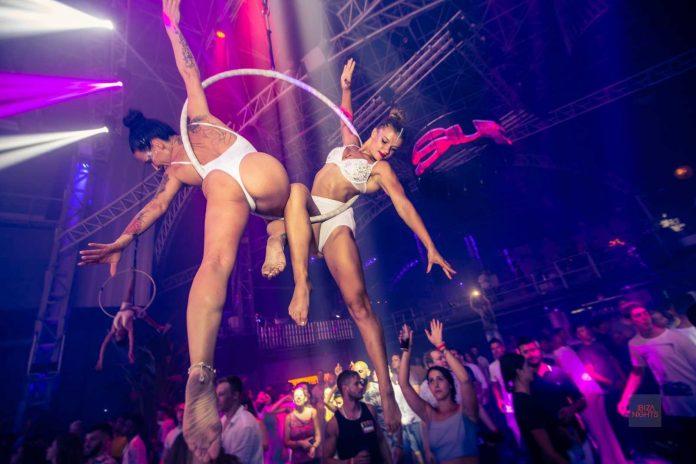 Espectaculares acrobacias aéreas todos los jueves en Privilege Ibiza. Fotos: SuperMartXé