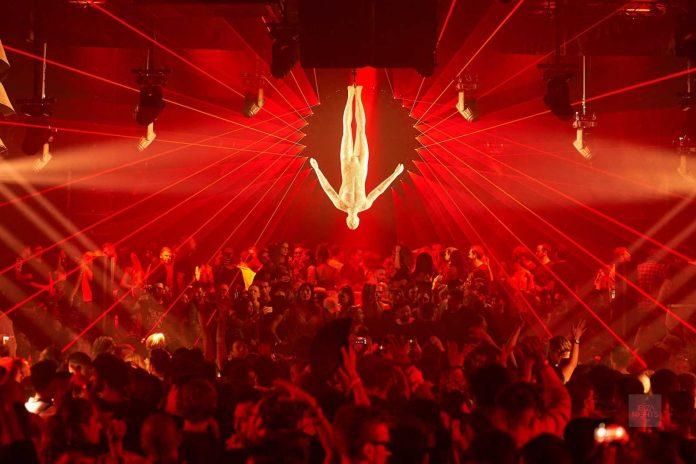 El emblema de Afterlife preside la cabina de la sala principal. Foto: Hï Ibiza