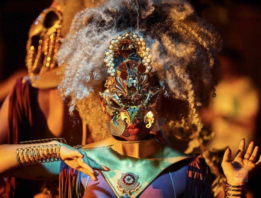 Un vestuario que recuerda a la selva africana y a los orígenes de la vida. Foto: Hï Ibiza.