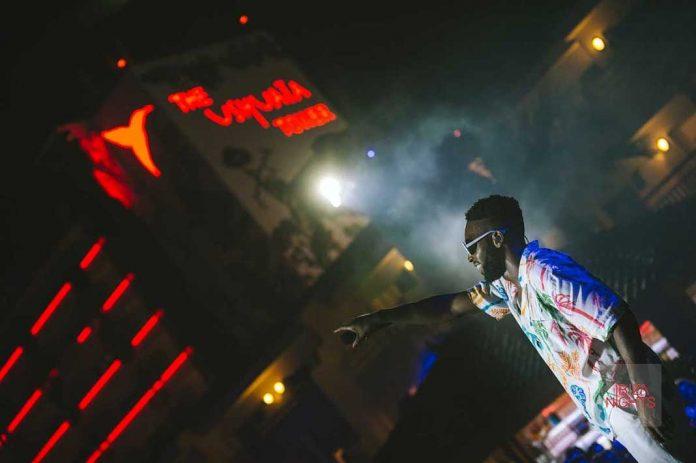 Lethal Bizzle, James Hype, Lady S, FooR, dj Policy, Sam Supplier y dj Charles acompañan esta tarde a Tinie Tempah al frente del escenario al aire libre de Ushuaïa Ibiza. Tras dos temporadas ofreciendo al público increíbles sesiones de diferentes ritmos como hip-hop, R&B, afrobeat, grime, old skool y garage, el rapero y compositor británico, conocido por temas como 'Written In The Stars', 'Girls Like', 'Pass Out', 'Miami 2 Ibiza', seguirá llenando de ritmo la terraza del club durante dos sesiones más. El 19 de septiembre tendrá lugar el cierre de Disturbing, la fiesta que ha arrastrado hasta la pista de baile a infinidad de visitantes de la isla y que ha contado con la presencia de numerosas estrellas internacionales como invitados. Foto: Ushuaïa Ibiza