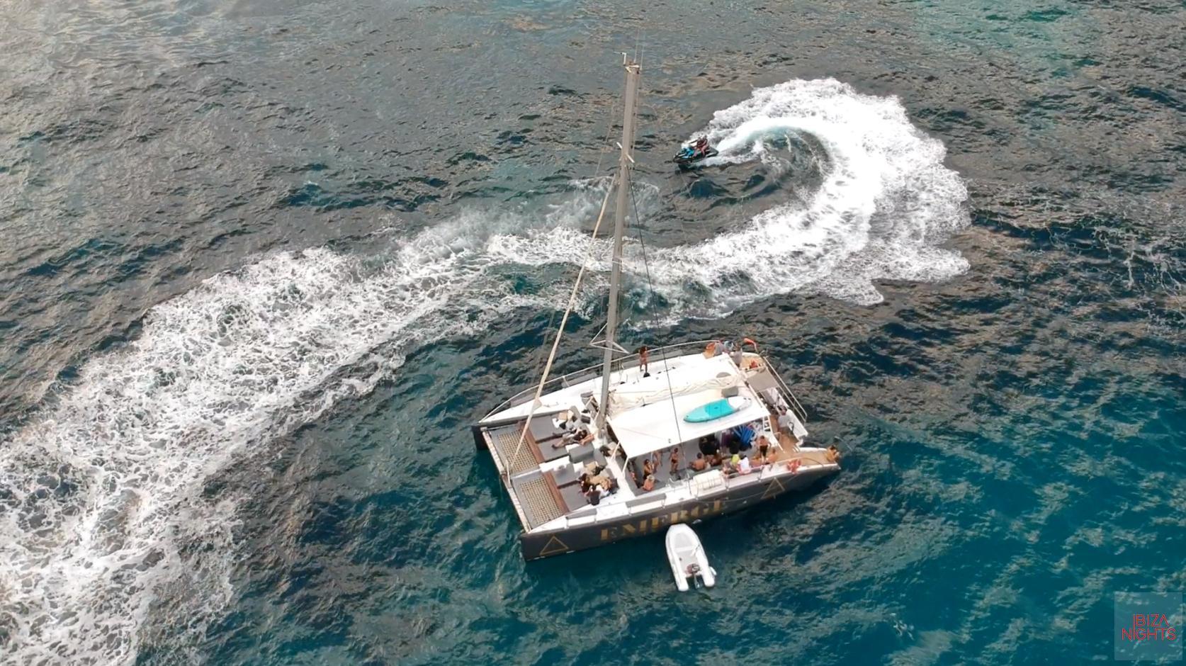 Vista aérea del catamarán en el que se celebró la fiesta.
